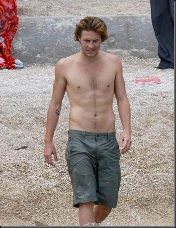 Luke_Bracey_shirtless_08