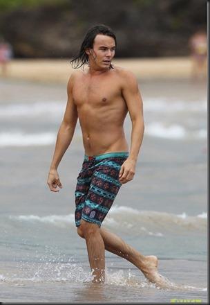 Tyler_Blackburn_shirtless_GIF_02a